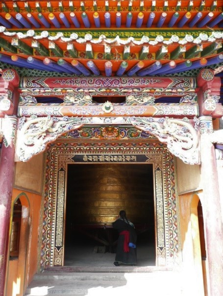 Tongren gate to monastery