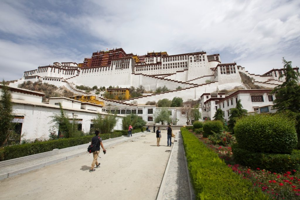 potala_palace_courtyard_lhasa